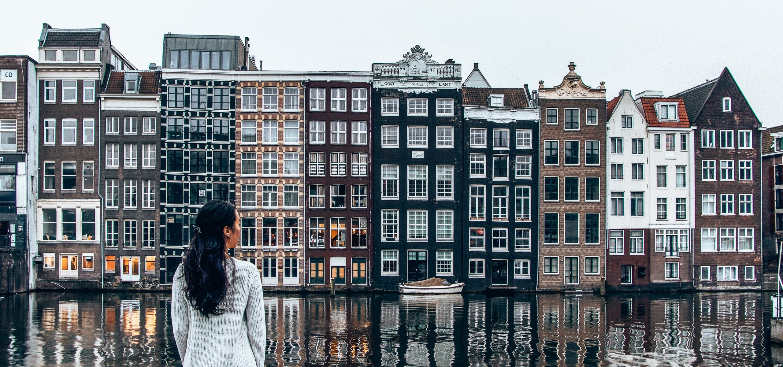 Non touristy weekend guide Amsterdam | Looking out over Damrak in Amsterdam
