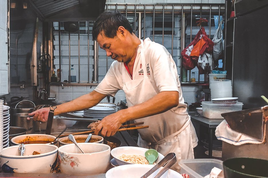 Hawker cooking at Hill Street Tai Hwa Pork Noodle | Singapore hawker dishes